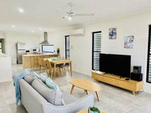 DAYDREAMING Airlie Beach Water views  only 200m to boardwalk. Cannonvale