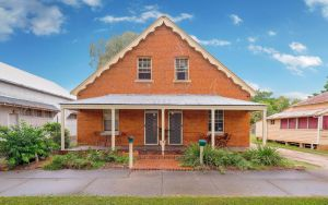 Eliza 1875 Red Brick Duplex Townhouse - Whitsundays Tourism
